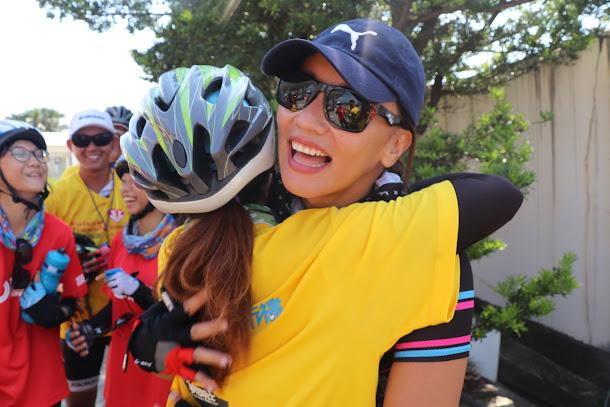 女愛心騎士安歆澐現身「騎島祈禱」活動,孩童熱烈歡迎,爭相與其拍照。