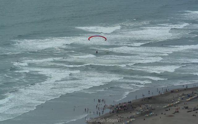 Salah satu paralayang siap mendarat di pantai Parangtritis