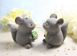 Chinchillas wedding cake toppers: details in gold, light yellow, white; eyeglasses for the groom