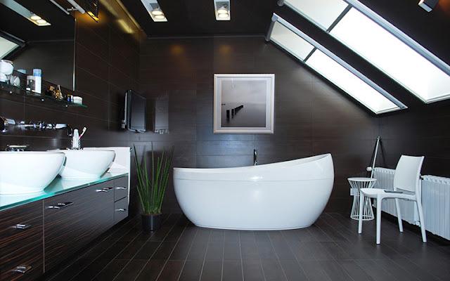 горшок с цветком в ванной