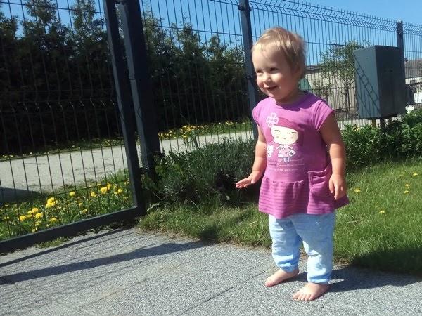 Integracja sensoryczna na podwórku, uśmiechniety roczniak