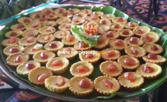 Ada yang tau kue apa ini namanhya.  Bentuknya mirip nastar dengan agar agar di tengahnya ada buah dan kue ini juga menjadi salah satu ciri khas kue Pontianak. Foto Asep Haryono