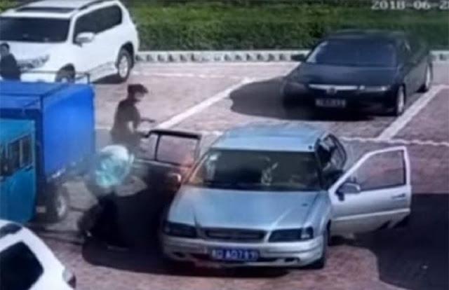 """بالفيديو رجل صيني """"يطفئ"""" سيارة مشتعلة بالنفخ عليها.!!"""