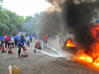 Isi ulang alat pemadam kebakaran
