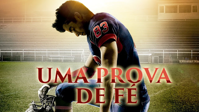 jogador de futebol americano ajoelhado no meio de um estágio vazio como se estivesse orando na capa do filme Uma prova de fé, Dublado e Completo