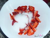 Añadiendo azúcar a las fresas picadas