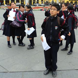 Estudantes na Plaza Mayor, Centro de Lima