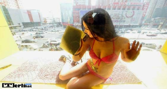 Gadis Seksi Bikini Jadi Tukang Cleaning Service