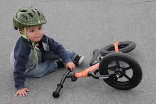 copil, casca, bicicleta, lovitura