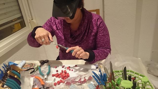 Orquídea trabajando bisutería artesanal