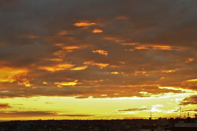 Cielo de Madrid de color caramelo