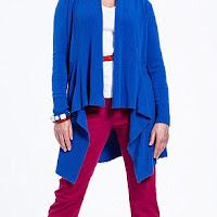 Женщина за 50 в ярко-синем кардигане и бордовых брюках