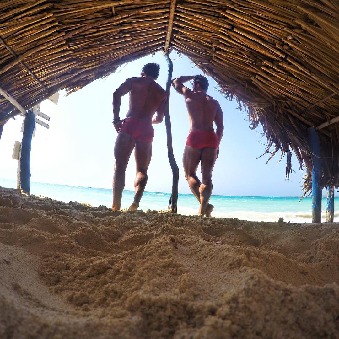 Glauber Barreto e Alex Silva curtem praia paradisíaca em Cartagena. Foto: Arquivo pessoal