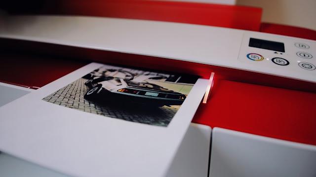 Ein neuer HP All In One bringt Frische ins Office und scannt hier ein DeLorean Foto