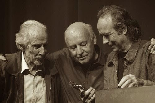 Octavio Podestá, Eduardo Galeano y Serrat en la entrega de premios Memoria del Fuego