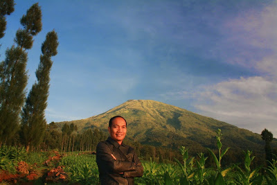 Selfie di Wisata Alam Posong dengan latar belakang Gunung Sindoro.