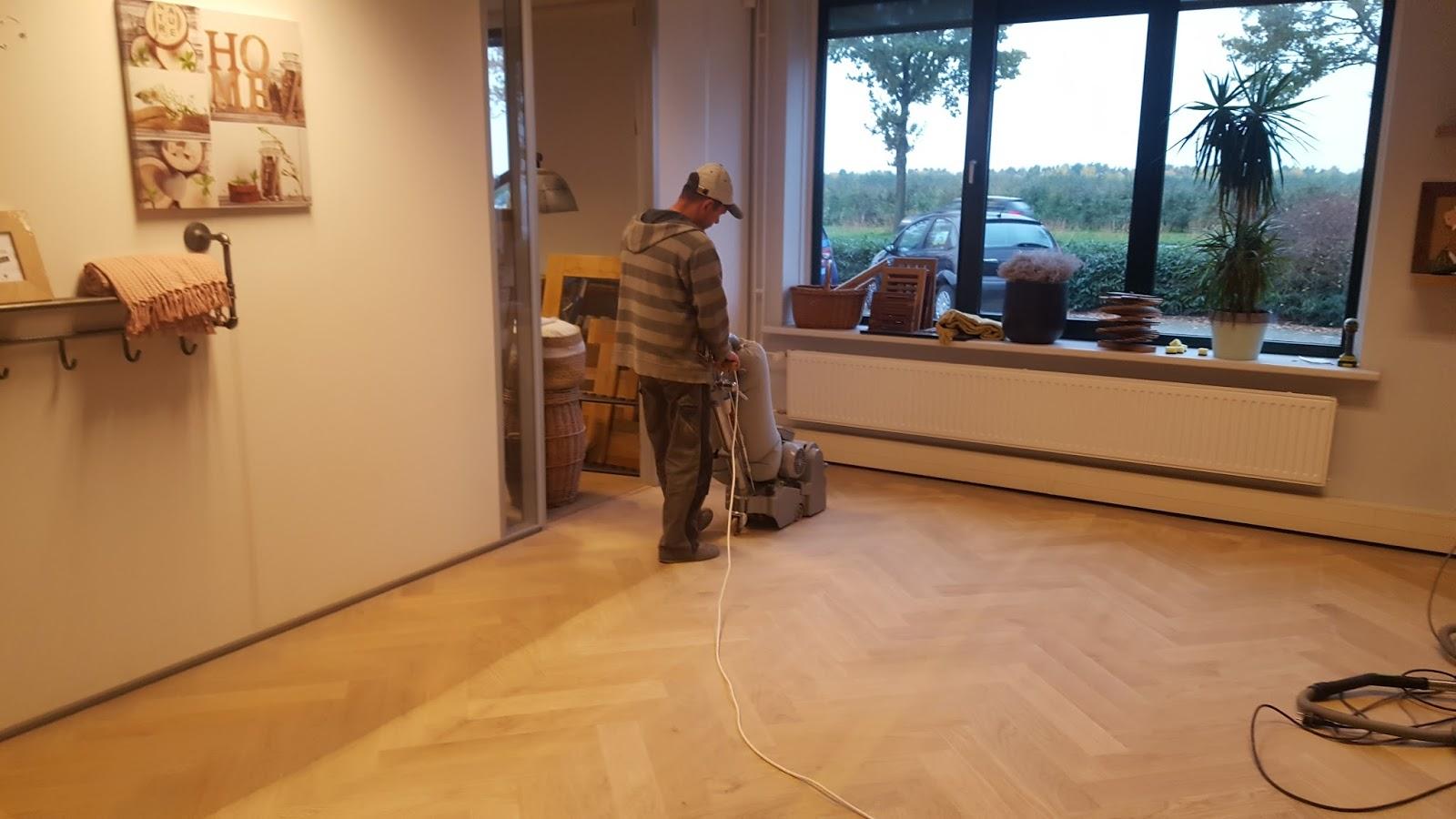 Hoe vaak moet je een houten vloer schuren
