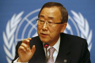 Biografi Ban Ki-Moon Ban Ki-Moon lahir 13 Juni 1944, Beliau adalah Pemimpin Sekretaris-Jenderal Perserikatan Bangsa Bangsa kedelapan, setelah menggantikan Kofi Annan pada tahun 2007. Sebelum menjadi Sekretaris Jenderal PBB, Ban adalah seorang diplomat di Korea Selatan di Departemen Luar Negeri dan berkarier di Perserikatan Bangsa-Bangsa. Dia memasuki pelayanan diplomatik pada tahun ia lulus dari universitas, menerima tugas pertama di New Delhi, India.   Pada 13 Oktober 2006, Ban ki-moon terpilih menjadi Sekretaris Jenderal kedelapan oleh Majelis Umum Perserikatan Bangsa-Bangsa. Pada tanggal 1 Januari 2007, ia melanjutkan kesuksesan Annan, dan memimpin beberapa reformasi utama pemeliharaan perdamaian. Beberapa bentuk Diplomasi yang dilakukan beliau adalah, Ban meberikan pandangan kuat mengenai Darfur, dimana ia berdiplomasi dengan Presiden Sudan Omar al-Bashir untuk mengizinkan pasukan penjaga perdamaian untuk masuk ke Sudan; Permasalahan pemanasan global, menekan permasalahan tersebut dengan mantan Presiden Amerika Serikat George W. Bush. Masa Kecil dan pendidikan  Ban ki-moon lahir di Eumseong di sebuah desa pertanian kecil di Chungcheong Utara, pada tahun 1944. Keluarganya pindah ke kota terdekat Chungju, di mana ia dibesarkan. Ban semasa kanak-kanak, ayahnya memiliki bisnis pergudang, tetapi pergudang bangkrut dan keluarga kehilangan penghasilan utamanya untuk melanjutkan kehidupan yang berkecukupan. Ketika Ban