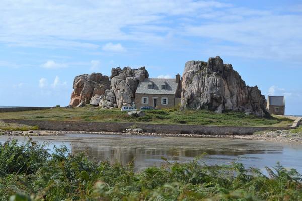 visitar la casa entre las rocas y la costa de granito rosa bretaña francesa