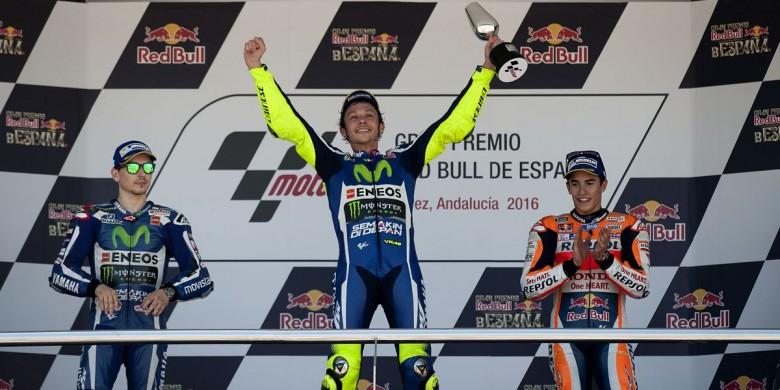 Selebrasi Valentino Rossi saat mengangkat piala di Podium