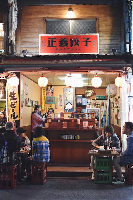 原來左手邊有兩家帶有日式風格的小店,一家賣日式章魚燒、一家賣日式餃子,看到餃子,立刻聯想到在日本吃到那酥脆的口感,想得我口水直流,餃子餃子啊...看得我發餓了,不知不覺,就走進這家名叫「正義餃子」的店了。