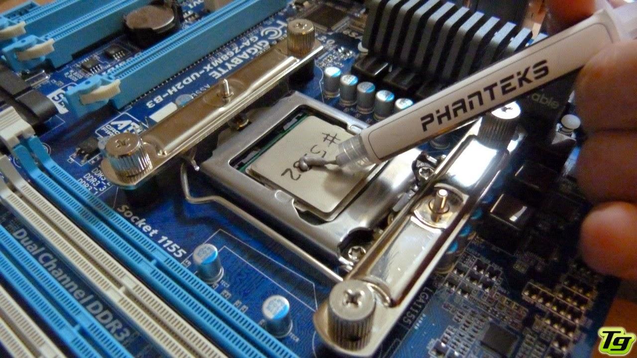 Distribuya una capa uniforme de pasta térmica en el procesador.