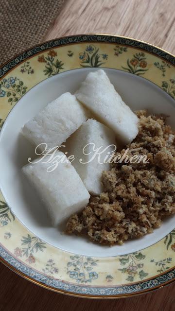 Nasi Impit Dengan Sambal Kelapa Ikan