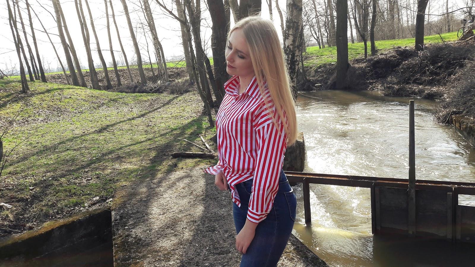 Na tym zdjęciu jest czerwona koszula w paski.