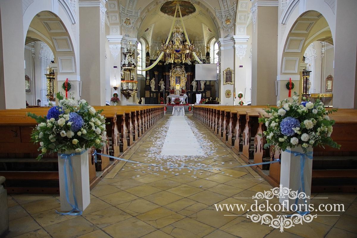 Niebieska dekoracja ślubna kościoła Strzelce Opolskie biały dywan i kwiaty