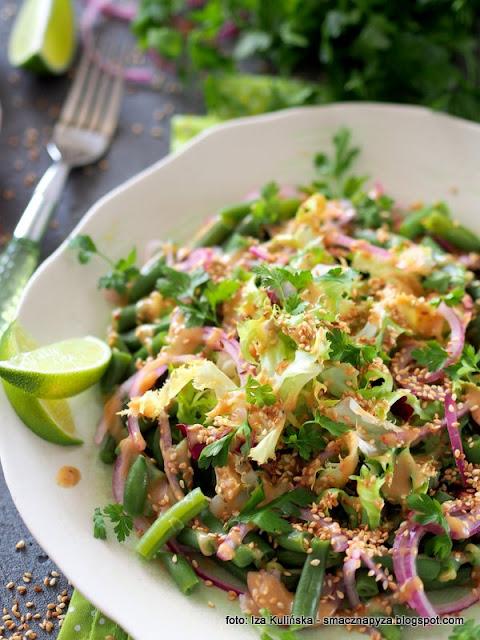 sałata z fasolką szparagową i sosem tahini , sezam , fasolka szparagowa , zielona sałatka , pasta tahini , detox , wiosenne przebudzenie , domowe jedzenie