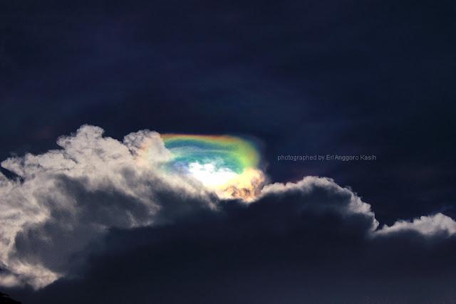 Awan berwarna-warni yang dikenal sebagai pelangi api di atas Tasikmalaya