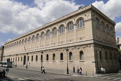 «Façade de la Bibliothèque Sainte-Geneviève, sud-est» par Priscille Leroy — Travail personnel. Sous licence CC BY-SA 4.0 via Wikimedia Commons - https://commons.wikimedia.org/wiki/File:Fa%C3%A7ade_de_la_Biblioth%C3%A8que_Sainte-Genevi%C3%A8ve,_sud-est.JPG#/media/File:Fa%C3%A7ade_de_la_Biblioth%C3%A8que_Sainte-Genevi%C3%A8ve,_sud-est.JPG