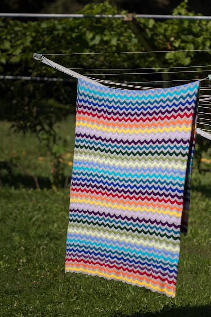 Häkeldecke mit Wellenmuster | Ripple Blanket von moggigalena | bunte Decke häkeln | selber machen | Interior, Textilien, Home, DIY