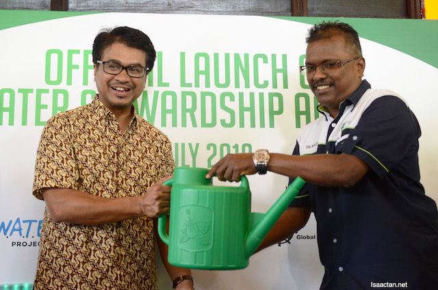 Tuan Johary bin Anuar, Deputy Mayor of MBPJ and Dr Kalithasan K, River Care Coordinator, Global Environment Centre