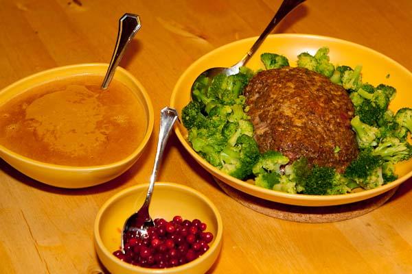 Kottfarslimpa med sopp graddsas och lingon