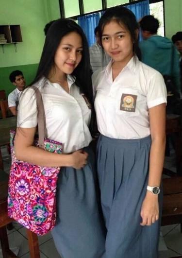 Foto Hot Gadis SMK Pamer Toket Dan Paha Mulus pas lulusan