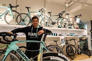Primoz Roglic visita il bike shop Bianchi