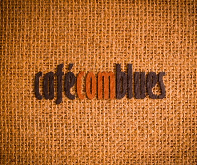 A peculiar capa do disco, feita de juta, com letreiro em relevo