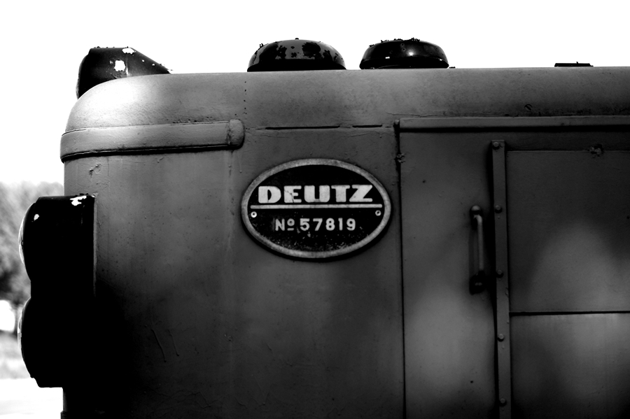 Blog + Fotografie by it's me! | fim.works | SchwarzWeissBlick No 14 | Deutz Lok Bj 19651 | Schild mit Seriennummer