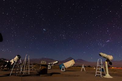 Tour Astronómico en San Pedro de Atacama, al fondo se puede observar el Volcán Licancabur (San Pedro de Atacama, Chile)