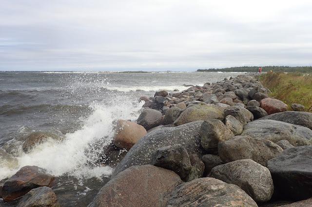 Aallot pärskyvät rantalohkareisiin