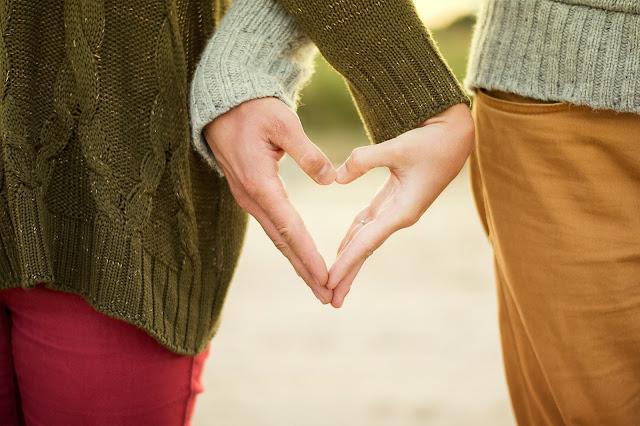 corazon formado con las manos