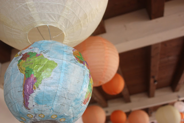 Pompoms und Globen - Hochzeit mit Reisemotto in Orange, Pfirsich, Apricot - Niederlande meets Russland in Garmisch-Partenkirchen, Riessersee Hotel, Bayern - Travel themed wedding orange colour scheme