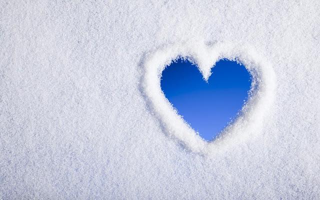 Witte winter achtergrond met een liefdes hartje in de sneeuw
