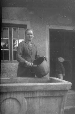 Frau beim Spülen auf dem Bauernhof - Gars am Inn - 1930-1950