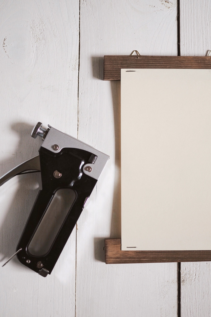 Do-it-yourself pour créer un porte-affiche en bois