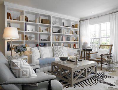 Decoração de sala de estar estante atrás sofa