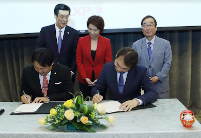 Source: Takasaki City. From left: Shinichi Aoshima, President, Takasaki Seinenkeieisya Kyogikai (seated), HE the Ambassador of Japan Kenji Shinoda (standing), Low Yen Ling, Parliamentary Secretary of Singapore Ministry of Trade and Industry and Ministry of Education and Mayor of South West CDC (standing), Douglas Foo, Singapore Manufacturing Federation (seated) Kenji Tomioka, City Mayor, Takasaki (standing).