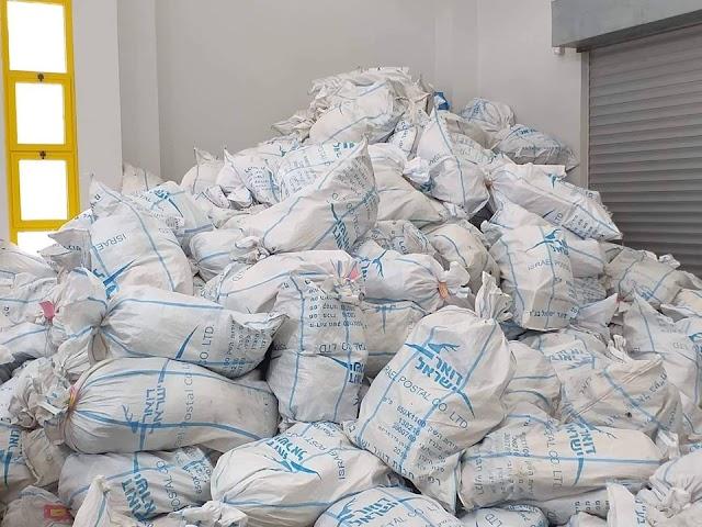 رام الله : جانب من عمل موظفي الفرز بعد استلام كميات من البريد