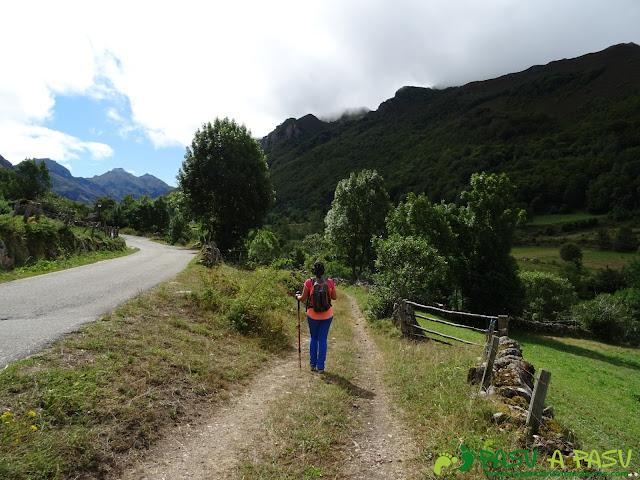 Ruta a Peña Chana: Bajando a cruzar el Río del Valle